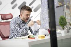 Biznes, ludzie, stres, emocje i fail pojęcie, - gniewny biznesmena miotanie tapetuje w biurze Fotografia Stock
