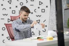 Biznes, ludzie, stres, emocje i fail pojęcie, - gniewny biznesmena miotanie tapetuje w biurze Zdjęcia Stock