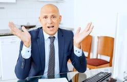 Biznes, ludzie, stres, nie udać się gniewnego biznesmena z komputerem w biurze obraz royalty free