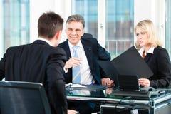 Biznes - mężczyzna obsiadanie w akcydensowym wywiadzie Fotografia Royalty Free