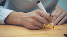 Biznes, marketing, planowanie i ludzie pojęć, - w górę kobiety ręki z markierem rysuje lampę na kolorze żółtym zdjęcie wideo