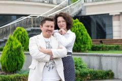 Biznes pary mężczyzny stylowa Biurowa w średnim wieku kobieta outdoors zdjęcie royalty free
