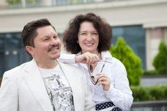 Biznes pary mężczyzny stylowa Biurowa w średnim wieku kobieta outdoors obraz royalty free