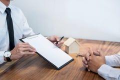 Biznes Podpisuje Kontraktacyjnego zakup - sprzedaje domowego, asekuracyjnego agenta, Obraz Royalty Free