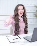 biznes pokazywać aprobaty uśmiechniętej kobiety Fotografia z kopii przestrzenią zdjęcie royalty free