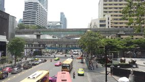 Biznes przekrwawiał ruch drogowego na Marzec 26, 2018 w Bangkok śródmieściu, Tajlandia Wokoło przyrodni taxi zbiory wideo
