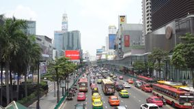 Biznes przekrwawiał ruch drogowego na Marzec 26, 2018 w Bangkok śródmieściu, Tajlandia Wokoło przyrodni taxi flota zbiory wideo