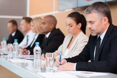 biznes przewodniczy konferencyjnego biurko odizolowywającego nad biel Zdjęcia Stock