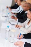 biznes przewodniczy konferencyjnego biurko odizolowywającego nad biel Obrazy Stock