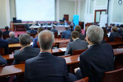 biznes przewodniczy konferencyjnego biurko odizolowywającego nad biel Zdjęcia Royalty Free