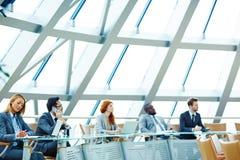biznes przewodniczy konferencyjnego biurko odizolowywającego nad biel obraz stock