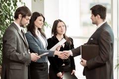 biznes przewodniczy konferencyjnego biurko odizolowywającego nad biel Wniosek bardzo znacząco transakcja z uściskiem dłoni zdjęcia royalty free