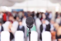 biznes przewodniczy konferencyjnego biurko odizolowywającego nad biel Mikrofon Korporacyjna prezentacja Fotografia Royalty Free