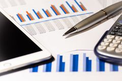 biznes raportu finansowego Kalkulator, pióro i pastylka, fotografia stock