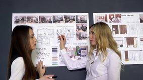 Biznes, rozpoczęcie, edukacja i ludzie pojęć, - kreatywnie architektów ucznie z projektem pracuje przy biurem lub drużyna zdjęcie wideo