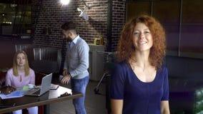 Biznes, rozpoczęcie i ludzie pojęć, szczęśliwa kreatywnie drużyna z komputerami i skoroszytowy dyskutuje projekt w loft dzielącym zdjęcie wideo