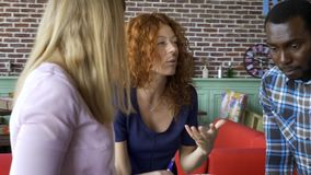 Biznes, rozpoczęcie i ludzie pojęć, szczęśliwa kreatywnie drużyna z komputerami i skoroszytowy dyskutuje projekt w loft dzielącym zbiory wideo