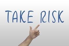 Biznes, ryzyka pojęcie Ręki wskazywać Bierze ryzyka słowo na whiteboard Zdjęcia Stock
