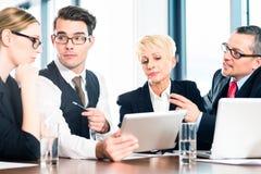 Biznes - spotkanie w biurze, drużynowy działanie z pastylką Fotografia Royalty Free