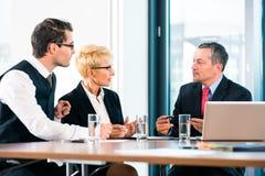 Biznes - spotkanie w biurze, ludzie pracuje z dokumentem obraz royalty free