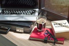 Biznes sukces książka, szkła, laptop i czarna kawa na drewnie, obrazy stock