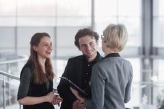 Biznes, technologia i biura pojęcie, - uśmiechnięty żeński szef opowiada biznes drużyna Zdjęcia Royalty Free