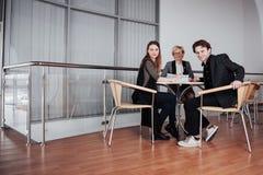Biznes, technologia i biura pojęcie, - uśmiechnięty żeński szef opowiada biznes drużyna obraz stock