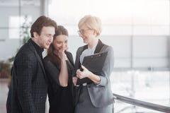 Biznes, technologia i biura pojęcie, - uśmiechnięty żeński szef opowiada biznes drużyna fotografia stock