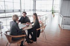 Biznes, technologia i biura pojęcie, - uśmiechnięty żeński szef opowiada biznes drużyna Fotografia Royalty Free