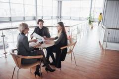 Biznes, technologia i biura pojęcie, - uśmiechnięty żeński szef opowiada biznes drużyna Obrazy Royalty Free