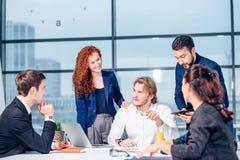 Biznes, technologia i biura pojęcie, - uśmiechnięty szef opowiada biznes drużyna Obrazy Royalty Free