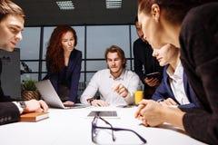 Biznes, technologia i biura pojęcie, - uśmiechnięty szef opowiada biznes drużyna Obraz Royalty Free