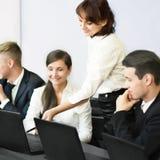 Biznes, technologii biurowy pojęcie - uśmiechnięta biznes drużyna Zdjęcie Stock