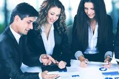 Biznes, technologii biurowy pojęcie - uśmiechnięty żeński szef opowiada biznes drużyna Obraz Stock