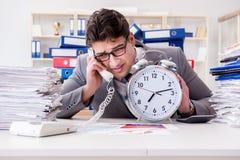 Biznesmenów brakujący ostateczni terminy należni przesadna praca Zdjęcie Stock