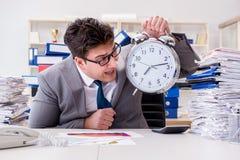Biznesmenów brakujący ostateczni terminy należni przesadna praca Fotografia Stock