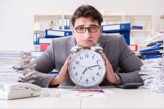 Biznesmenów brakujący ostateczni terminy należni przesadna praca Obraz Stock