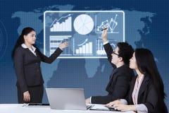 Biznesmenów enquiries jego lider Zdjęcie Stock