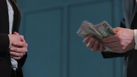 Biznesmenów odliczający dolarowi banknoty Transakcja biznesowa z przeniesieniem pieniądze W górę mężczyzny daje stercie zbiory