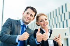 Biznesmenów pracować plenerowy z sukcesem Fotografia Royalty Free