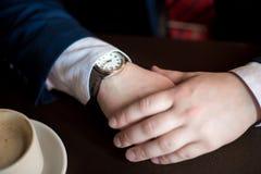 Biznesmenów spojrzenia przy zegarem Zdjęcia Stock