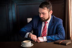 Biznesmenów spojrzenia przy zegarem Zdjęcie Stock