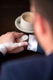 Biznesmenów spojrzenia przy zegarem Zdjęcie Royalty Free