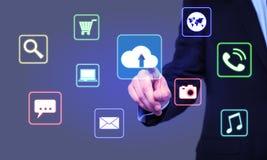 Biznesmenów stuknięcia chmurnieją ikonę na wirtualnym ekranie Zdjęcie Stock