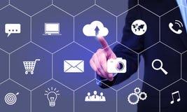 Biznesmenów stuknięcia chmurnieją ikonę na wirtualnym ekranie Obraz Stock