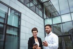 biznesmenów telefon komórkowy używać Obrazy Stock
