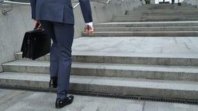Biznesmenów wspinaczkowi schodki biura centrum, kariery drabina, promocyjny sukces zdjęcie wideo