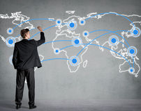 Biznesmen łączy kropki na światowej mapie obrazy royalty free
