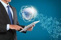 Biznesmen żegluje w rzeczywistość wirtualna interfejsie Fotografia Royalty Free