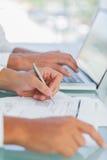 Biznesmen analizuje dokumenty podczas gdy inny działanie obraz stock